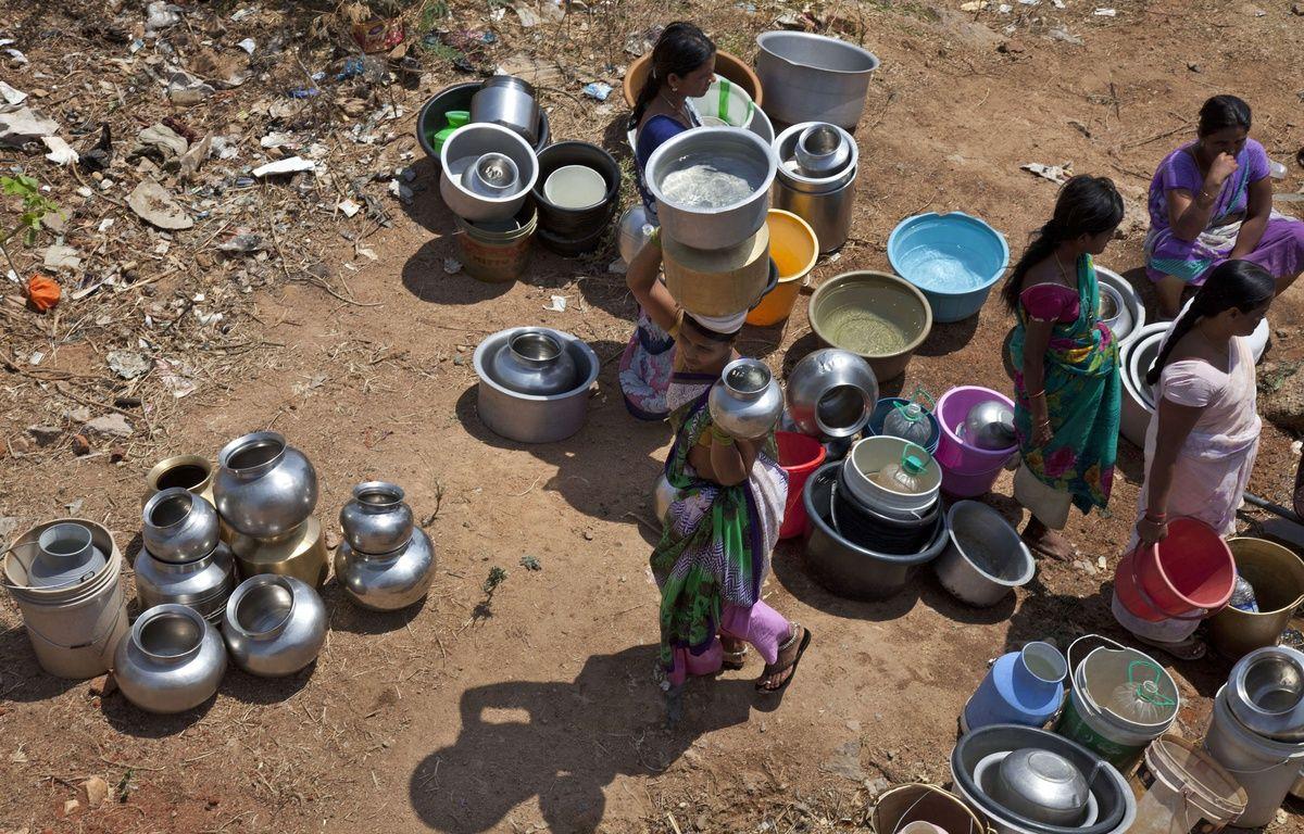Des femmes rassemblent des sceaux pour collecter l'eau à une fontaine public dans la banlieue d'Hyderabad, en Inde. – Mahesh Kumar A./AP/SIPA