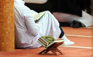 Un musulman prie dans une mosquée  de Brest, le 20 novembre 2015