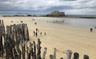 Une partie des brise-lames protégeant la digue de Saint-Malo doivent être remplacés. Certains vont être cédés à la ville.