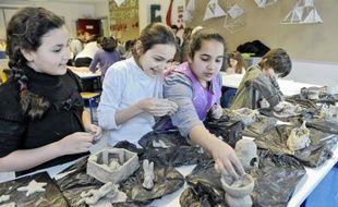 Salma, Samanur, Anissa et Anatole participaient, hier, à l'atelier poterie au collège Truffaut.