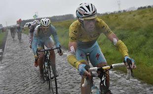 Vincenzo Nibali sur les pavés du Nord, lors de la 6e étape du Tour de France entre Ypres et Arenberg