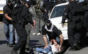 Des forces de sécurité israéliennes arrêtent un palestinien à Jérusalem-Est, le 24 octobre 2014