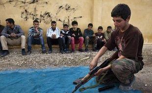 Les enfants sont de plus en plus utilisés sur la ligne de front en Syrie, les deux parties en conflit n'hésitant pas à s'en servir comme soldats ou même boucliers humains, dénonce mercredi une organisation de défense des droits de l'Homme.