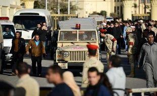 Des forces armées égyptiennes près de l'aéroport du Caire le 30 janvier 2015