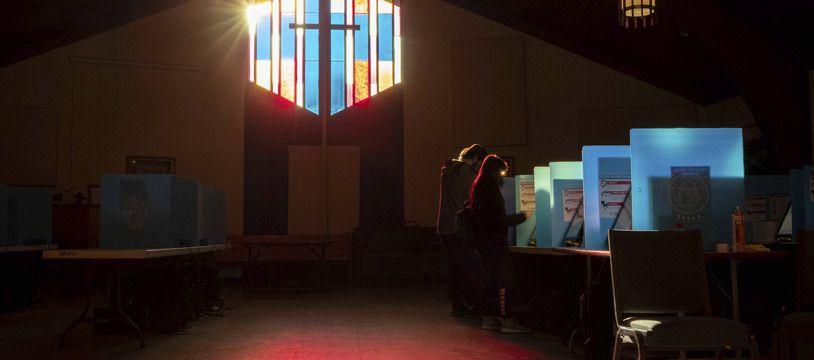 Les électeurs marquent leur bulletin de vote à l'église de Lawrenceville Road à Tucker, en Géorgie, lors du second tour des élections au Sénat, le 5 janvier 2021