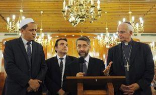L'imam de Drancy, Hassen Chalghoumi (à gauche), au côté du président du consitoire juif de France, Joel Mergui, du grand rabbin de France Haim Korsia, et de l'évêque de Pontoise le 21 juillet 2014 dans une synagogue à Sarcelles.