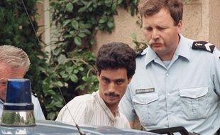 Mougins (Alpes-Maritimes), le 26 juin 1991. Omar Raddad monte dans une voiture de police après son arrestation pour le meurtre de Ghislaine Marchal.