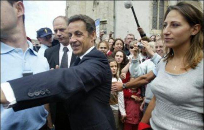 Nicolas Sarkozy, qui a rencontré la veuve du marin, Yvette Jobard, et les six autres marins rescapés de la collision avant d'assister à la messe, était accompagné du ministre de l'Agriculture et de la Pêche, Michel Barnier, et de Maud Fontenoy.