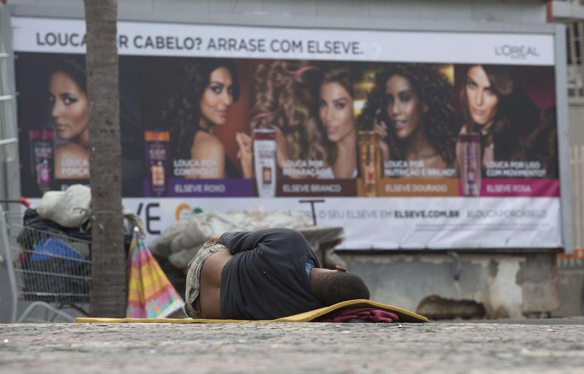 Un sans-abri dans les rues de Rio. – Silvia Izquierdo/AP/SIPA