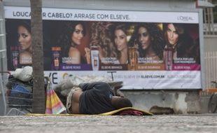 Un sans-abri dans les rues de Rio.
