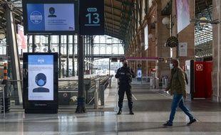 Mise en place des mesures de sécurité comme le port du masque obligatoire et la distanciation sociale pour les trajets en heure de pointe, dans les transports en commun a la Gare du Nord.