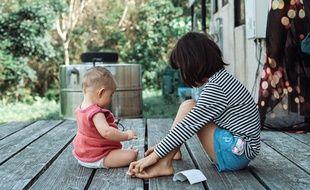 Illustration d'un enfant et un bébé