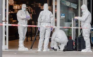 Les enquêteurs travaillent sur les lieux de l'attaque au couteau perpétrée à Hambourg le 28 juillet 2017.