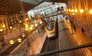 Un train Eurostar en gare à Paris.