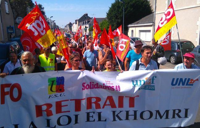 Manifestation des syndicats opposés à la loi Travail une heure avant la venue de François Hollande à Trélazé.