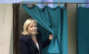 Marine Le Pen vote au second tour des élections départementales, le 29 mars 2015.