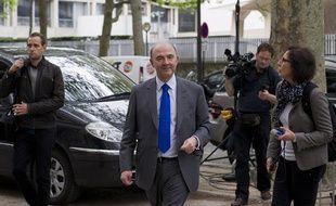 Le socialiste Pierre Moscovici arrive au qg de transition de François Hollande où l'attendent une vingtaine de journalistes le 8 mai 2012.