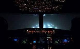Capture d'une vidéo d'un atterrissage dans le brouillard à l'aéroport de Gatwick, publiée le 2 novembre 2015.