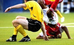 Le joueur d'Elfsborg (à g.) Daniel Mobaeck, fait tourner la tête de son adversaire de Braga, Evaldo, lors d'un match de coupe de l'IUEFA, le 6 août 2009.
