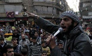 Un membre de l'EEIL (Etat Islamique en Irak et au Levant) en train de haranguer la foule pour chercher des volontaires désireux de se battre contre le régime syrien, à Alep, le 13 novembre 2013