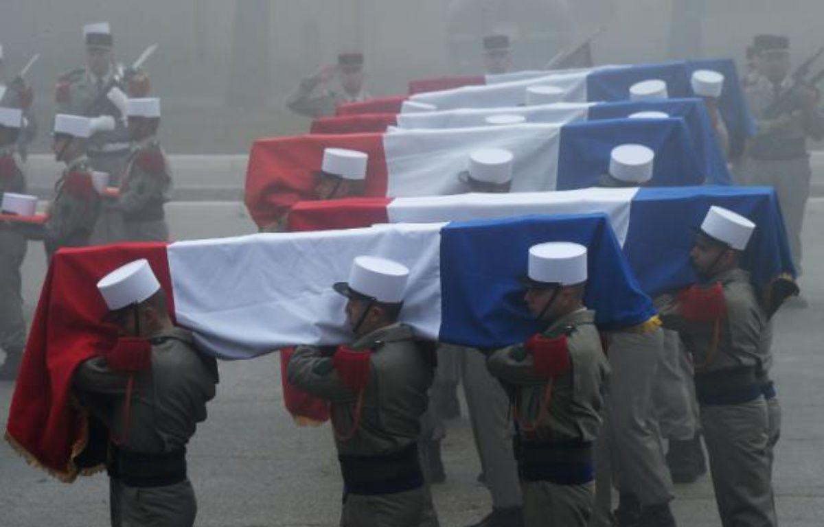 Les cercueils des légionnaires morts dans un avalanche portés lors d'un hommage, le 26 janvier 2016 à Saint-Christol (Vaucluse) – ANNE-CHRISTINE POUJOULAT AFP