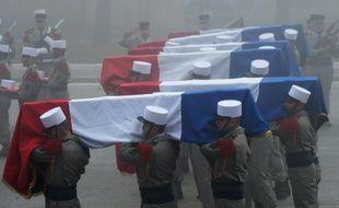 Les cercueils des légionnaires morts dans un avalanche portés lors d'un hommage, le 26 janvier 2016 à Saint-Christol (Vaucluse)