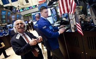 La Bourse de New York a ouvert sans direction vendredi, déçue par les chiffres provisoires du PIB américain pour le dernier trimestre: le Dow Jones lâchait 0,26% et le Nasdaq grignotait 0,10%.