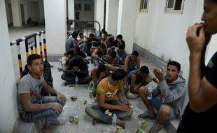 Des survivants du naufrage d'un bateau près des côtes égyptiennes dans un poste de police de Rosette, le 21 septembre 2016.