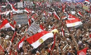 Des manifestants agitent des drapeaux égyptiens lors d'une manifestation sur la place Tahrir, au Caire, le  8 avril 2011.