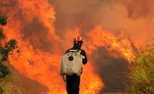 Une centaine de militaires croates, appuyés par trois avions Canadair, se sont joints mardi aux pompiers pour maîtriser un incendie de forêt qui fait rage depuis la veille sur la côte adriatique du nord de la Croatie