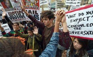 Manifestation en solidarité avec la ville de Ferguson après la relaxe du policier responsable de la mort d'un jeune Noir, le 1er décembre 2014 à New York