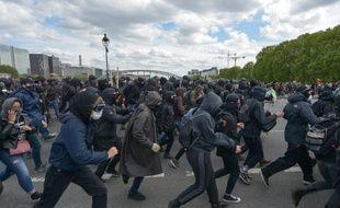 La présence d'un grand nombre de «black blocs», qui ont jeté des projectiles sur les forces de l'ordre et causé des dégradations, a fait dérailler le défilé parisien du 1er-Mai.