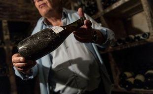 Photo datant du 22 mai 2018 montrant la bouteille de Vin Jaune datée de 1774 adjugée aux enchères 103.700 le 28 mai 2018.