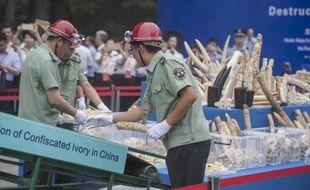 Quelque 600 kg d'ivoire d'éléphant sculpté montré à la presse avant d'être détruit par les autorités à Pékin, le 29 mai 2015