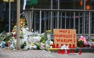 Fleurs et bougies en hommage aux victimes le 24 mars 2016 près de la station de métro de Maalbeek à Bruxelles