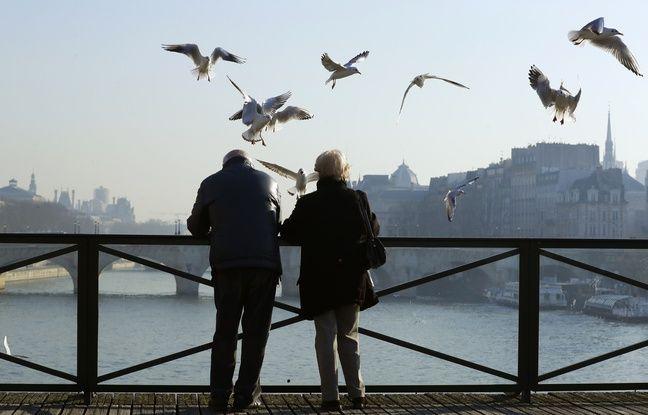 Un couple regarde la Seine à Paris (illustration).