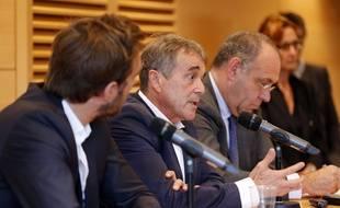 Jean-Pierre Dartevelle (au milieu) est soupçonné d'atteinte sur mineure.