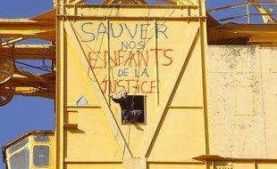 Serge Charnay, un père en détresse, se tient en haut d'une grue des chantiers navals pour que son dossier de garde parentale soit rééxaminé par la justice, le 17 février 2013.