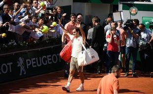 Roger Federer salue le public du court Suzanne-Lenglen après son 3e tour contre Casper Ruud, le 31 mai 2019.