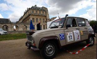Cette Renault R4 participe au raid Paris-Cap Nord, dont le départ a été donné le 6 juillet 2012 sur l'esplanade du château de Vincennes.