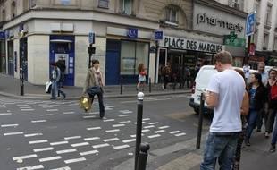 Dans le bas de la rue du Faubourg-du-Temple, les rond-points en forme de pixels signalent l'entrée dans des zones de rencontre. Mais peu de Parisiens le savent.