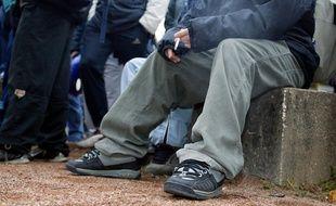 Arnage (Sarthe). Un lycéen fume dans la cour de récréation de son établissement.