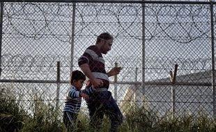 Un homme et son enfant dans le centre de détention à Mytilène en Grèce, le 15 avril 2016.