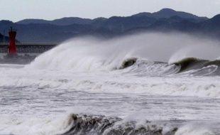 Un typhon parmi les plus puissants observés dans la région depuis des décennies s'est abattu dimanche sur l'archipel japonais d'Okinawa (sud) où tous les transports étaient paralysés.