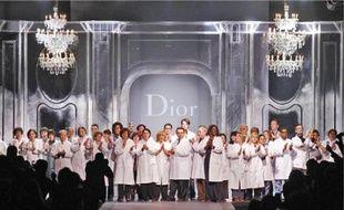 Les «petites mains» de l'atelier Dior ont été très applaudies, à Paris, vendredi.