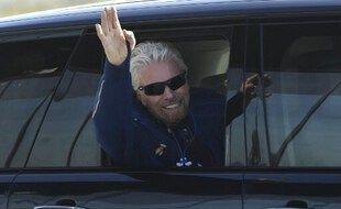 Le milliardaire britannique Richard Branson accueilli à son arrivée à Spaceport America dans le Nouveau-Mexique, le 11 juillet 2021, quelques heures avant de se rendre dans le cosmos à bord d'un vaisseau spatial Virgin Galactic.