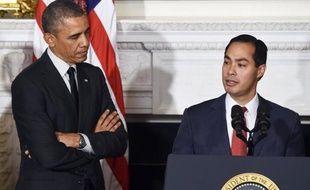 Photo du 23 mai 2014 montrant le président américain Barack Obama et le maire de San Antonio (Texas) Julian Castro, à la Maison Blanche