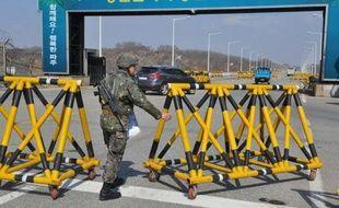 """La Corée du Nord a de nouveau agité mardi le spectre d'une guerre """"thermo-nucléaire"""" et appelé les étrangers en Corée du Sud à envisager leur départ du pays, après avoir mis à exécution sa menace de retirer ses 53.000 employés du site intercoréen de Kaesong."""