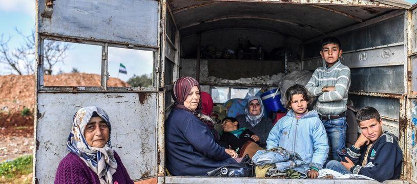 Des civils syriens fuient la ville d'Afrin, dans le nord du pays pour rejoindre les rebelles syriens soutenus par la Turquie