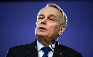 Le Premier ministre Jean-Marc Ayrault a affirmé samedi que la France maintenait ses prévisions de croissance (+0,8%) et de déficit public (3% du PIB) pour l'année 2013, en marge d'une visite d'un centre d'hébergement d'urgence à Paris.